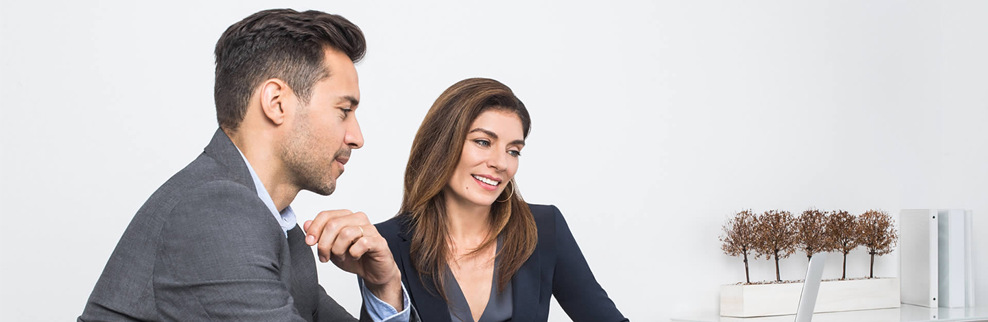 busienssman and businesswoman looking at a laptop 1440x470.jpg