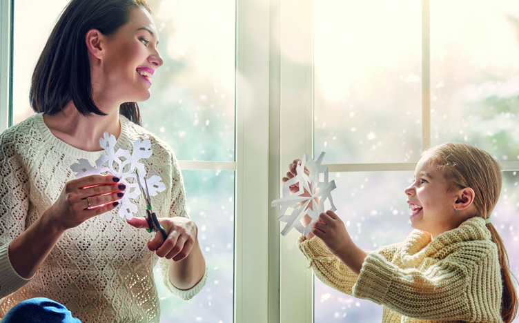 Mother-and-daughter-cutting-snowflakes-752x468.jpg